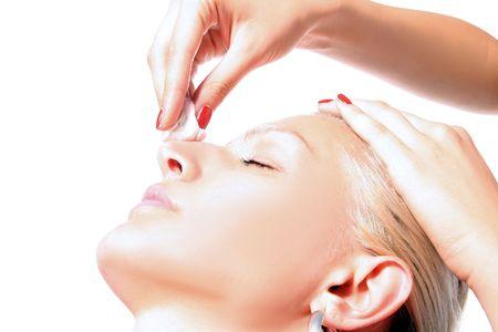 cremas faciales: ni�a est� teniendo un tratamiento de limpieza  Foto de archivo