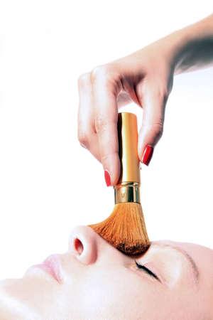 cremas faciales: ni�a est� teniendo un componen el tratamiento con polvo de pincel  Foto de archivo