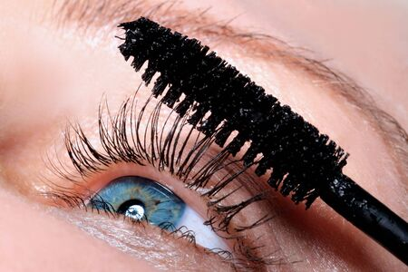 cremas faciales: la ni�a es poner una m�scara sobre los ojos latigazos