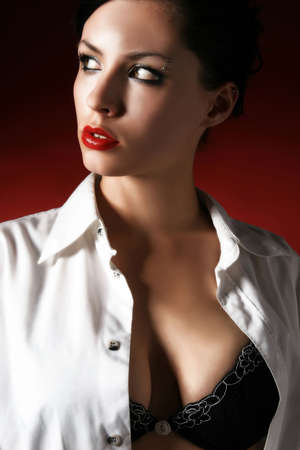 shirt unbuttoned: Il ritratto della donna con la camicia unbuttoned, osservando via