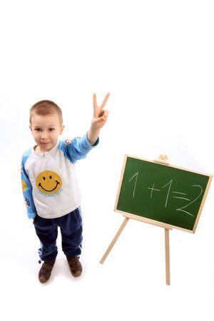 Un niño está señalando dos dedos porque sabe la respuesta  Foto de archivo - 2802919