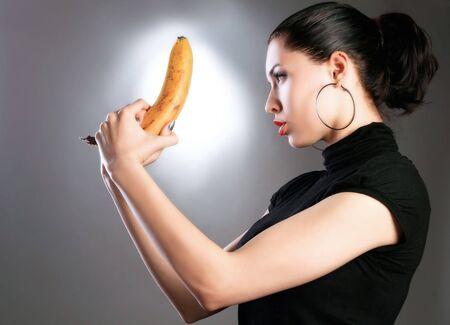 una señora atractiva erótica con el arma del plátano Foto de archivo - 2838442
