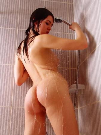 femme noire nue: Belle jeune fille brune d�nud�e dans la douche (salle de bain chambre) Banque d'images
