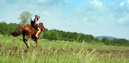 uomo a cavallo: Il giovane Cavaliere a cavallo. Tradizionale cavallo che corre nel Bashkortostan sulla vacanza sabantuy Archivio Fotografico
