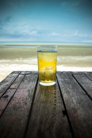 Kaltes Bier auf Holz Tisch vor das Meer von Thailand Standard-Bild - 18936496