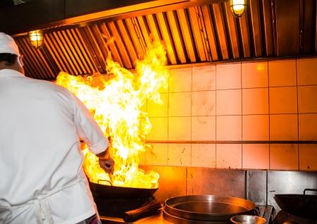 火災ガス燃焼は炒め火非常に熱い鉄鍋を料理します。