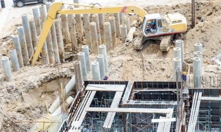建設現場でコンクリート アイロンと労働者