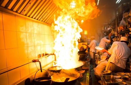 Brandgas-Burn wird das Kochen auf Eisenpfanne, rühren Feuer sehr heiß Standard-Bild - 22256756