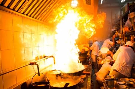 comercial: Quema de gas Fuego est� cocinando en plancha de hierro, revuelva fuego muy caliente Foto de archivo