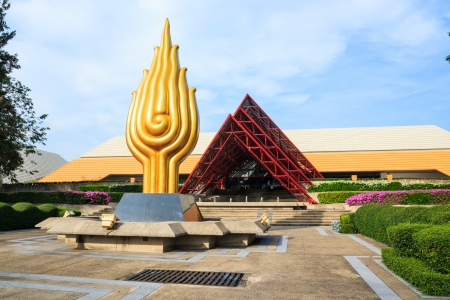 BANGKOK - 21. November: Queen Sirikit National Convention Center am 21. November 2013 in Bangkok, Thailand. Es ist ein Tagungszentrum und Ausstellungshalle in Bangkok, Thailand Standard-Bild - 24554337