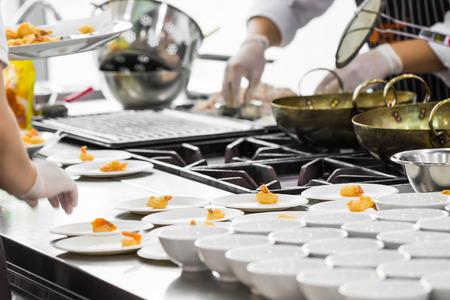in action: Cocinar ocupado de los chefs en la cocina del restaurante Foto de archivo