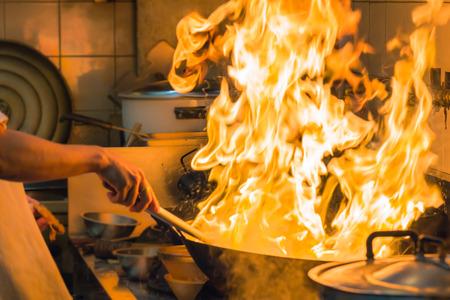 Brandgas-Burn wird das Kochen auf Eisenpfanne, rühren Feuer sehr heiß in der Küche Standard-Bild - 27618530