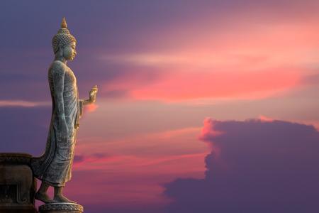 Grote Boeddha standbeeld op zonsondergang hemel