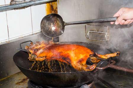 spanferkel: Gegrilltes Spanferkel Kochen auf der Pfanne Lizenzfreie Bilder
