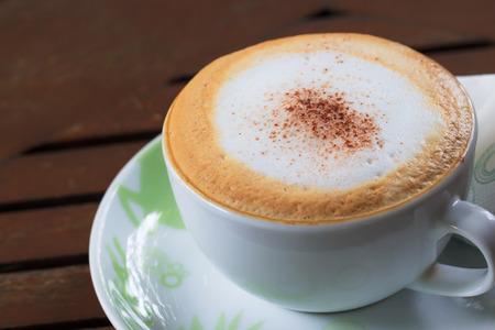 Cappuccino koffie kop op tafel Stockfoto