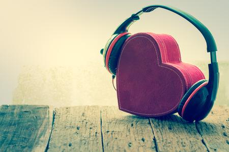 赤いハートとヘッドフォン。音楽が大好きです。レトロなビンテージ 写真素材
