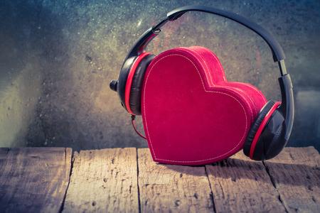 Kopfhörer mit roten Herzen. liebe Musik. Weinlese Retro Standard-Bild - 33251613