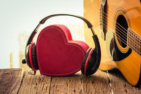 赤のハートを持つヘッドフォン。音楽が大好きです。レトロなヴィンテージ