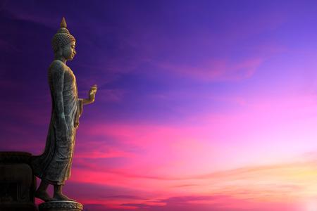 puesta de sol: Gran estatua de Buda en el cielo del amanecer