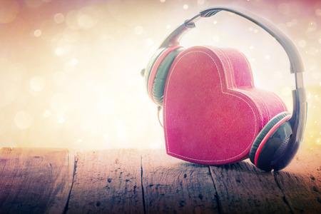 Kopfhörer mit roten Herzen. liebe Musik. Weinlese Retro Standard-Bild - 34567520