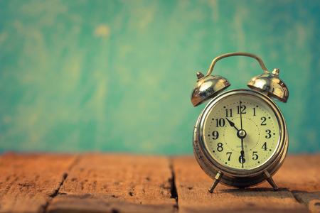 reloj antiguo: Fondo de la vendimia con el reloj de alarma retro en la mesa