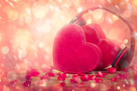 ボケ味、愛の音楽を持つカップルの赤いハート