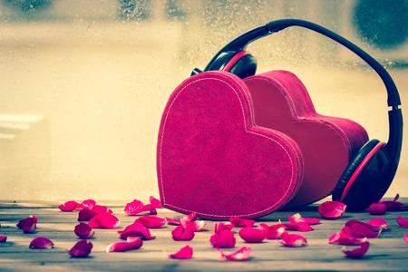 audifonos dj: Corazón rojo Pareja, música de amor Foto de archivo