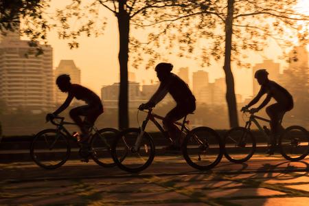 Radfahren mit Low Speed ??Shutter, Bewegungsunschärfe aufgenommen Standard-Bild - 35620044
