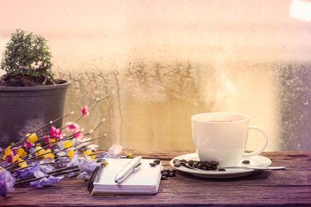 Dampfende Tasse Kaffee an einem regnerischen Tag Fensterhintergrund Standard-Bild - 35620071