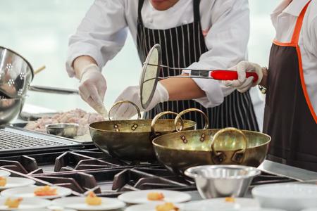 忙しいレストランの厨房でシェフの料理