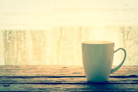 Kaffeetasse auf einem regnerischen Tag Fensterhintergrund Standard-Bild - 35620204