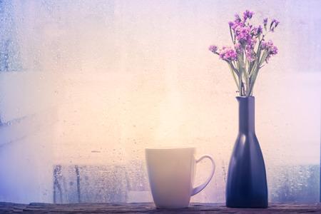 Dampfende Tasse Kaffee an einem regnerischen Tag Fensterhintergrund Standard-Bild - 39431708