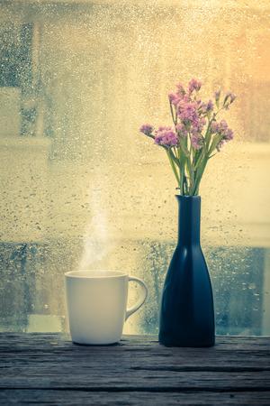 Dampfende Tasse Kaffee an einem regnerischen Tag Fensterhintergrund Standard-Bild - 39432862