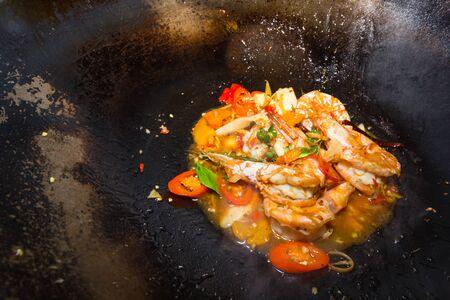 Thai gebakken chilli garnalen op irpn pan Stockfoto