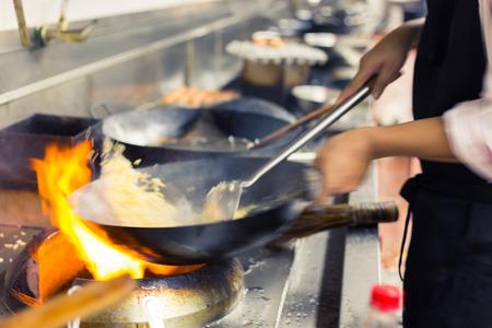hombre cocinando: cocinero borrosa de un restaurante de cocina, cocinar movimiento, tomar la foto de baja velocidad