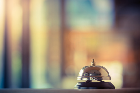 Restaurant-Service Glocke Jahrgang mit Bokeh Standard-Bild - 57957064