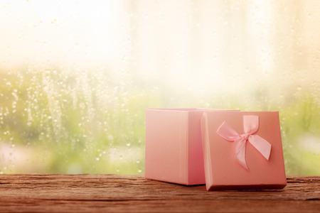bounty: Caja de regalo de color rosa con la lluvia Foto de archivo