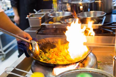 cocinero borrosa de un restaurante de cocina, cocinar el movimiento, toma una foto de obturación baja velocidad Foto de archivo