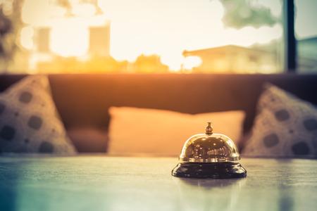 El servicio del hotel campana de la vendimia con el sofá Foto de archivo