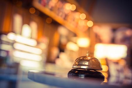 Restaurant-Service Glocke Jahrgang mit Bokeh Standard-Bild - 65316963