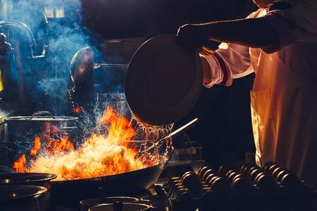 Feuerbrand ist das Kochen auf Eisenpfanne, umrühren Feuer sehr heiß Standard-Bild - 71392514