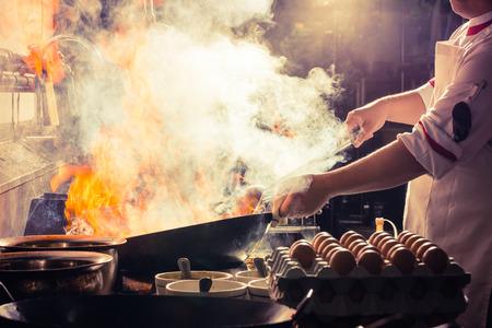 火燃焼は炒め火非常に熱い鉄鍋を料理します。 写真素材