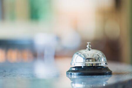 Bell sur le comptoir pour le service avec arrière-plan flou