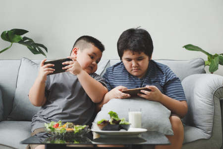 Brothers playing games on smartphones Standard-Bild