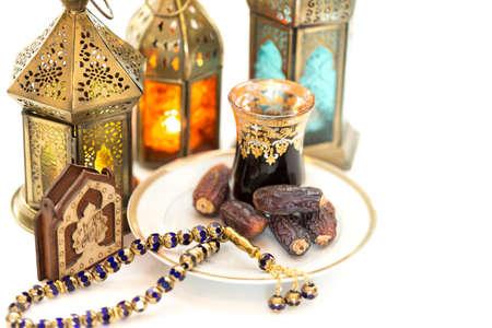 为斋月的胡里节装饰灯,塔斯比,枣和传统阿拉伯茶卡瓦