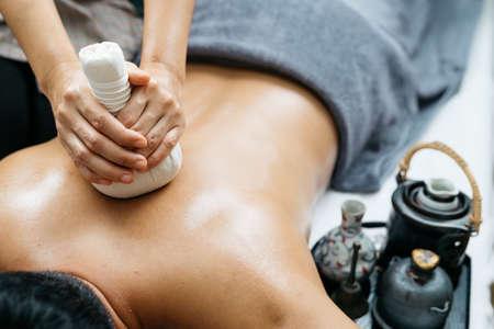masaje: Tailandesa serie de masajes: Parte posterior y hombro masaje Foto de archivo