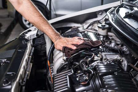 manos limpias: Limpieza de coches motor Foto de archivo