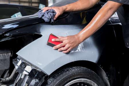 garage automobile: Auto série de réparation de carrosserie: ponçage du mastic