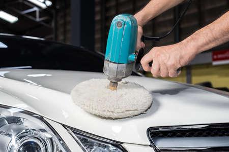 depilacion con cera: serie de pulido del coche: Trabajador depilación coche blanco