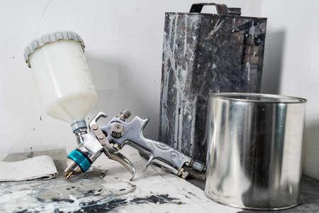 Auto série de réparation de carrosserie: Pulvérisateur et seau de peinture